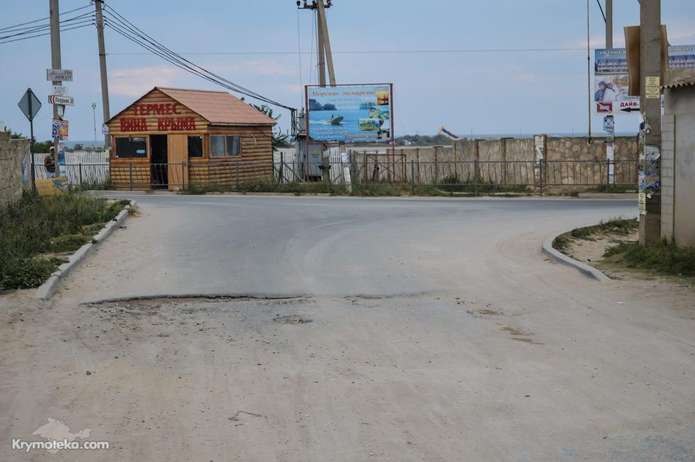 Винный магазин в Оленевке на фоне плохой дороги